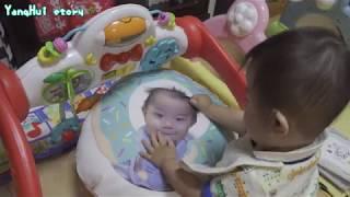 赤ちゃん 自分の顔のクッションと対面 - Baby Vlog