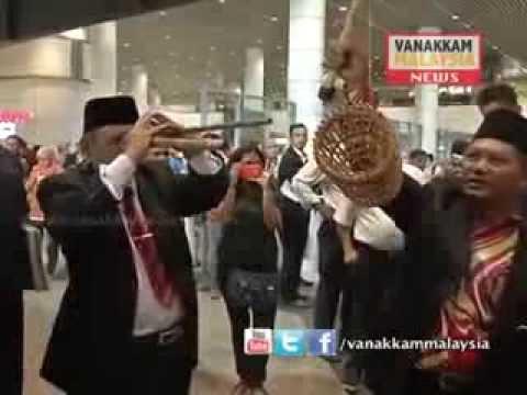 Datuk Mahaguru Ibrahim Mat Zin, 80, yang mengelarkan dirinya sebagai 'Raja Bomoh' yang datang di KLIA bagi membantu pencarian pesawat #MH370 mengikut cara da...