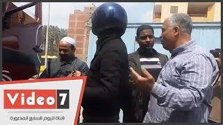 """بالفيديو..أمين شرطة يرفض أمر رئيس حى المرج بسحب لوحة سيارة نقل:""""الرخصة سليمة"""""""