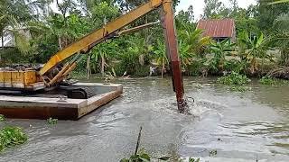 Xe cuốc KOBE trên sông làm việc xúc đất