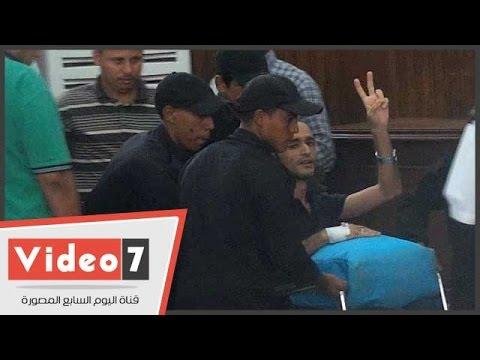 بالفيديو.. وقف محاكمة أحمد دومة بعد حضوره على كرسى متحرك