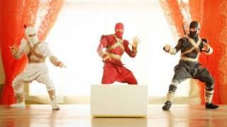 Thumb Ninjas abriendo la caja de un nuevo teléfono Nexus One de Google
