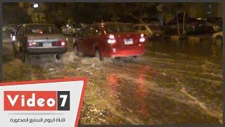 بالفيديو.. كسر فى ماسورة مياه كوبرى الطيران يتسبب فى إغراق الشوارع