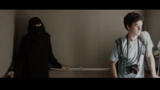 Él tenía miedo de estar en un ascensor con ella. Pero cuando ella se quitó el velo....
