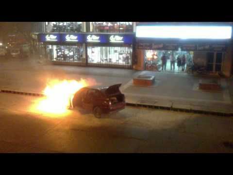 Auto quemandose en la Plazoleta Mitre