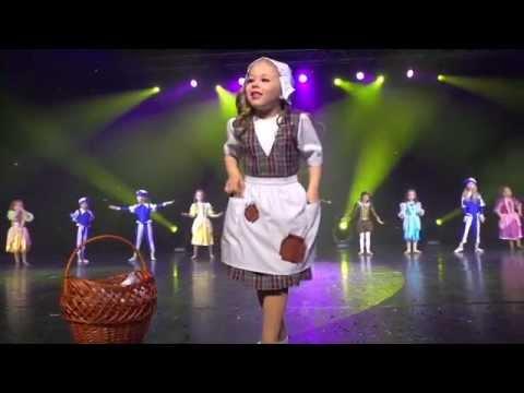 Дети танцуют. Маленькая девочка классно танцует золушку