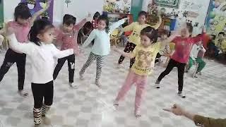 Cháu tập múa trường mầm non Bình Hòa