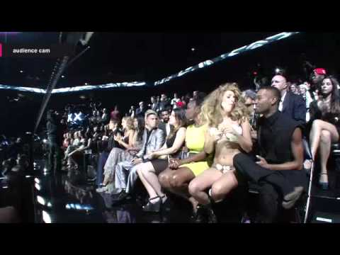 Taylor Swift clapping and listening to One Direction's VMA Win