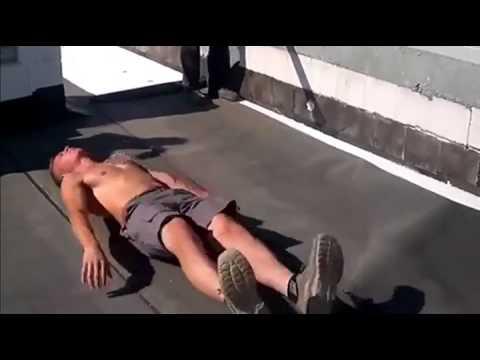 Как прикалываются строители на крыше дома