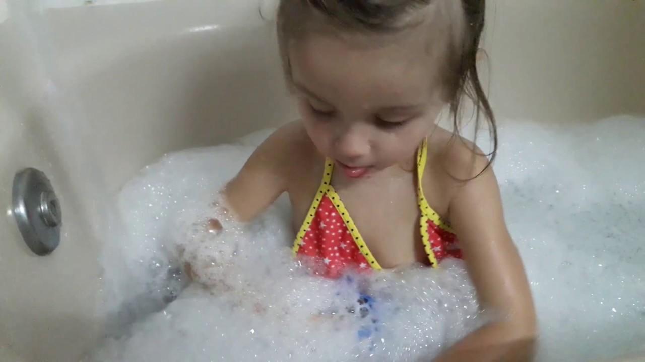 Трансики купаются в душе видео вещь