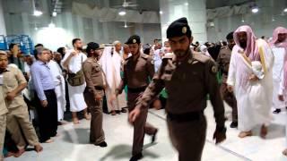 Sheikh Shuraim leaving after Salatul Fajr