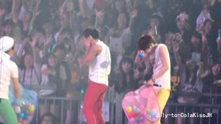 121027 Jonghyun splashing water & being crazy! (SHINee World Concert in HK)