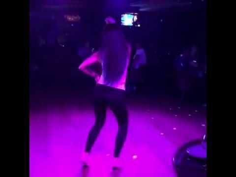 Девушка красиво танцует go dancing