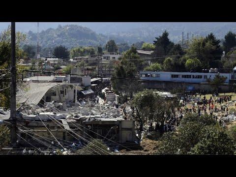 Las labores de desescombro en México tras la explosión de un camión cisterna