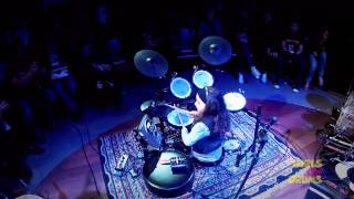 Eduarda Henklein (4 anos) - no Girls on drums festival, tocando: AC/DC - Back In Black