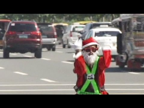 Philippines: dancing traffic cop celebrates Christmas - no comment