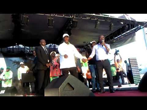 N'gues Bon Sens et  Alassane Ouattara en pleine démonstration de danse