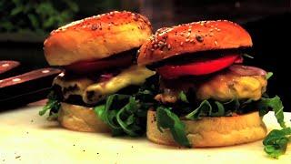 Takiego burgera jeszcze nie widziałeś! Pokazujemy jak go zrobić