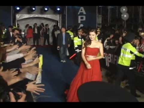 [donga] 'Kang Sora' Blue carpet, 'torn dress' surprise(강소라, 드레스 찢어져 아찔해)