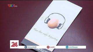 Cảnh báo nguy cơ hỏng thính giác vì nghe nhạc với âm lượng lớn   VTV24