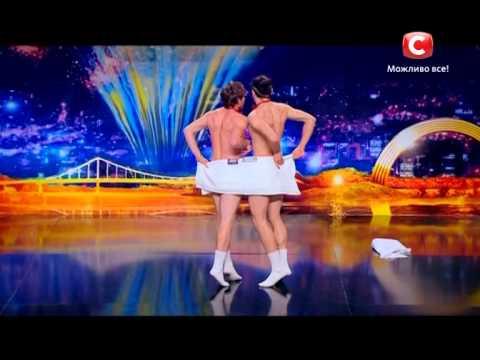 Два голых парня танцуют с полотенцами. Артем Строгин и Владимир Стука - Україна має талант-7