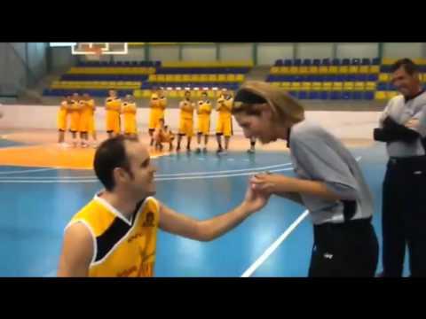 Un jugador le pidió matrimonio a la árbitro del partido
