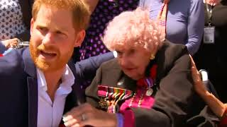 Thousands welcome Prince Harry and pregnant wife Meghan at Sydney Opera House