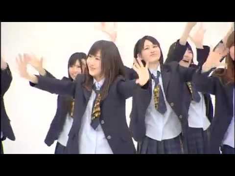 Японские школьницы танцуют и поют.