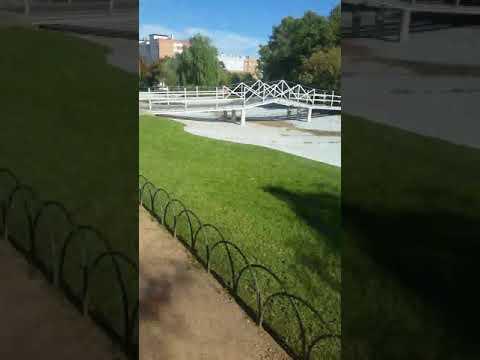 Un niño Cordobes regateando en el parque