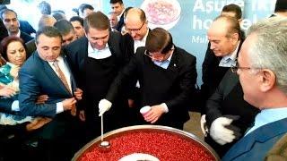 Başbakan Davutoğlu Aşure Dağıttı