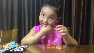 Bé Na ăn thử và cảm nhận bán kẹo của shop chị Thơ Nguyễn