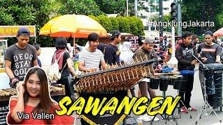 Via Vallen - Sawangen cover Angklung Jakarta. Best street music performance