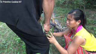 Primitive technology - Finding food and sweet potato root - Cooking in bamboo eating delicious