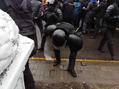 Брутальный разгон и хапун в центре Минска: ОМОН против людей