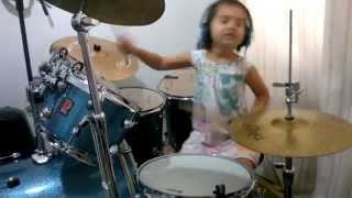 Eduarda Henklein (5 anos) tocando COVER Beatles - she loves you