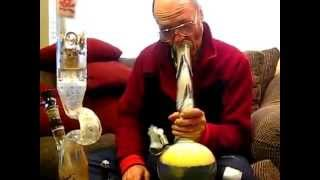 Grandfather smoking a bong ¦ Nonno che fuma il Bong ¦ Kush Weed
