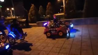 Em bé lái xe ô tô điều khiển từ xa tai quảng trường