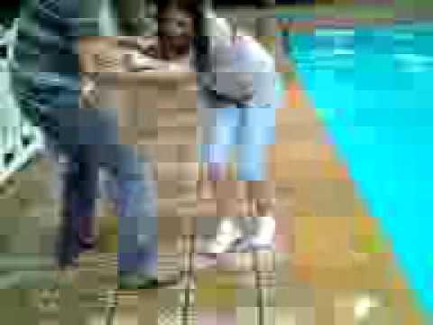 Ive sendo jogada na piscina