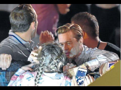Brad Pitt rescata a una niña entre la marea de fans de Gran Canaria