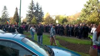 Brasov: Ciocnirea Civilizatiilor. Manifestanti pro-Ponta si anti-Ponta la 5 metri distanta!