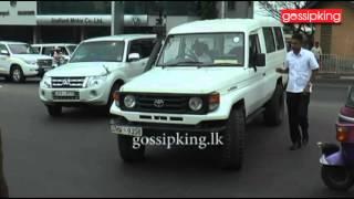 Mahinda Rajapaksa & Namal Rajapaksa visit Welikada prison [www.gossipking.lk]