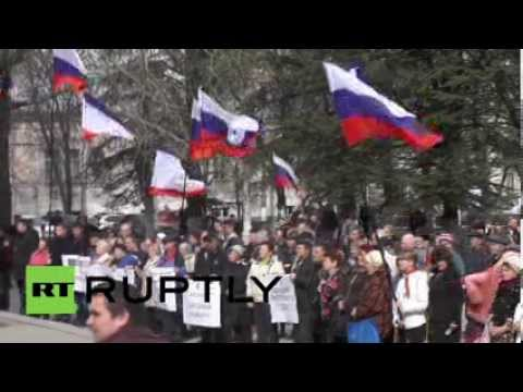 Ukraine: Pro-Russia protesters rally outside Crimean parliament