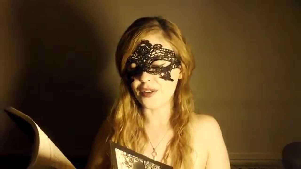 La máscara para la persona con las patatas