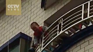 マンションの5階から落ちる幼児が!?男性が布でキャッチするミラクル!