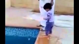 انظرو كيف يسبح هذا الطفل