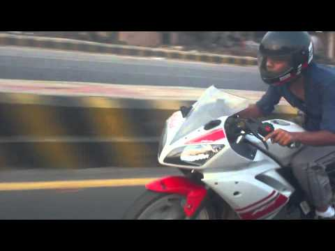 Yamaha R15 Vs Pulsar 220 (race) video