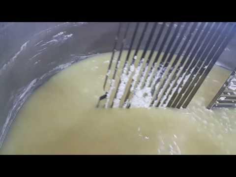 Разрезка и вымешивание сырного зерна сложной мешалкой в Сыроизготовителе объемом 1000  л