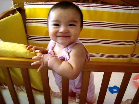 6m baby Dora stands in the crib-小老虎來來來...