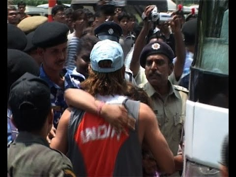 Teen Girl hugs Mahendra Singh Dhoni in Public