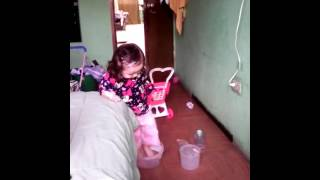 Bebe Nikol y su baño improvisado 2